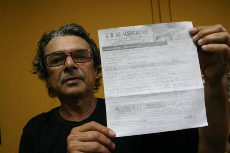 O produtor cultural Nelson Rebouças tenta, desde março de 2010 receber R$ 10.080,00 da Funcarte pela produção de apresentações realizadas há 15 meses durante  comemorações alusivas ao Dia da Poesia de 2010