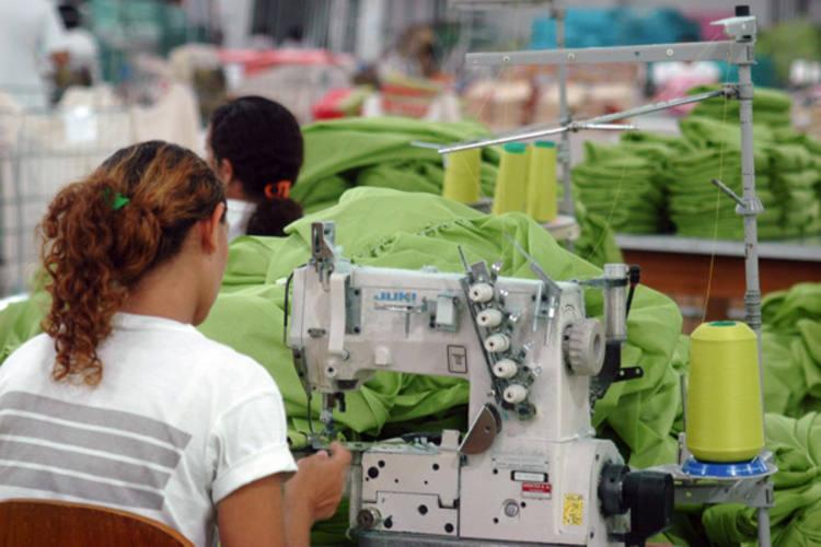As indústrias têxtil e de confecções estão entre as que mais têm dispensado pessoal, segundo o Caged