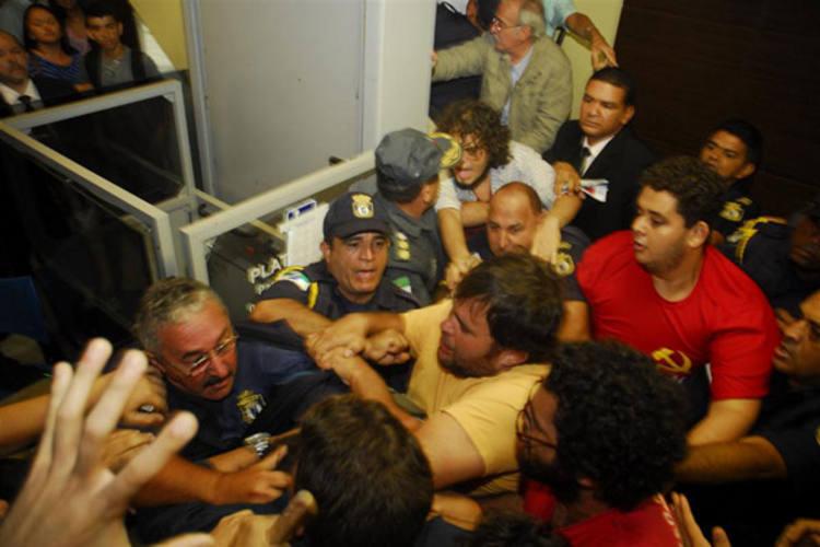 Protesto na CMN teve princípio de tumulto na entrada do Palácio Padre Miguelinho