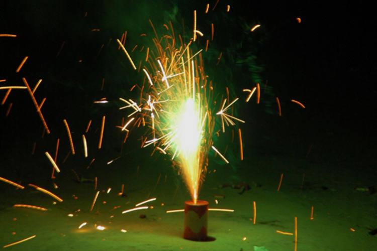 É preciso ter muito cuidado no manuseio de fogos de artifício, muito usados em festas juninas