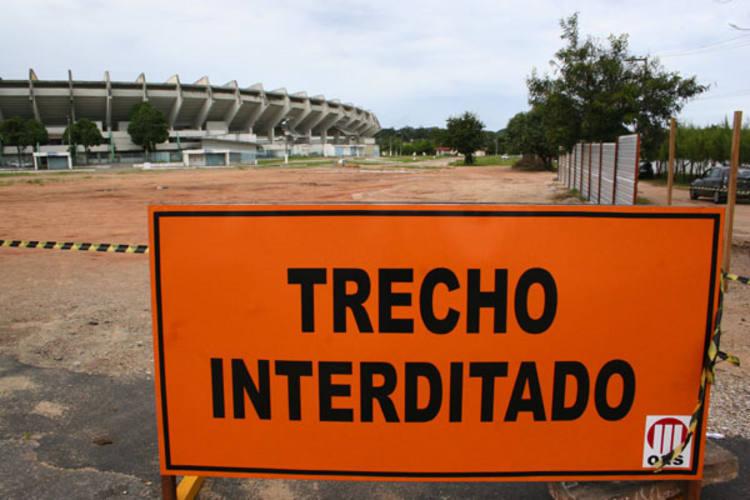 lEmpresa OAS, responsável pela construção do Estádio Arena das Dunas já está isolando a área no entorno do Machadão e Machadinho - onde tradicionalmente é montada principal estrutura do Carnatal