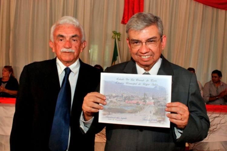 Ministro recebendo o título de cidadão majorsalense