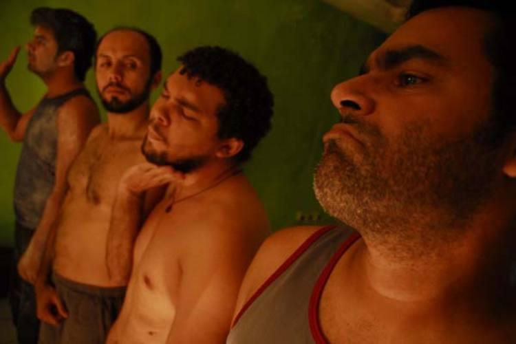 Os quatro atores (Henrique Fontes, Bruno Coringa, Doc Câmara e Paulo Lima) dão vida à voz do escritor, personagem principal do espetáculo
