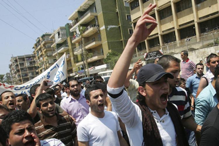 Manifestantes protestam, em Beirute, contra o regime sírio, apesar da dura repressão do governo