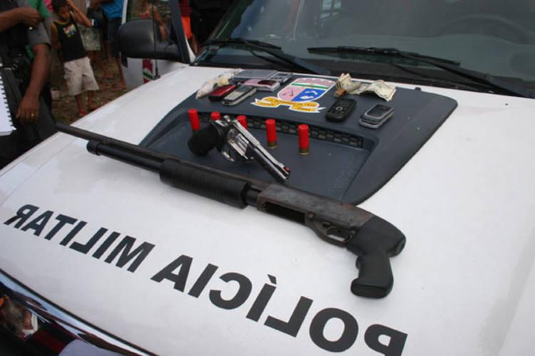 Armas, drogas, dinheiro e celulares foram apreendidos pelos policiais militares