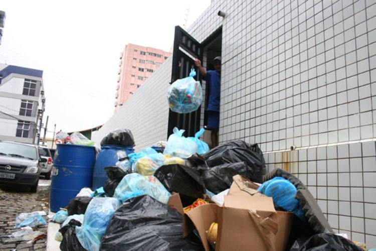 Em Morro Branco, o lixo se acumula em praticamente todas as ruas e a população, sem ter opção, coloca mais entulho nas calçadas