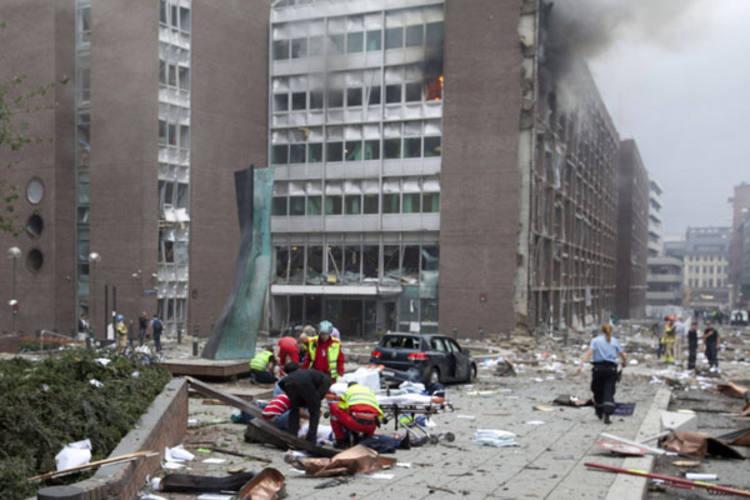 Bombeiros trabalham no resgate às vítimas do atentado que destruiu prédio do governo norueguês, matando 17 e deixando 15 feridas
