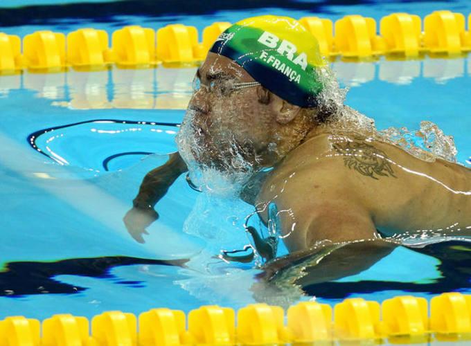* Felipe França é medalha de ouro nos 50 metros peito.