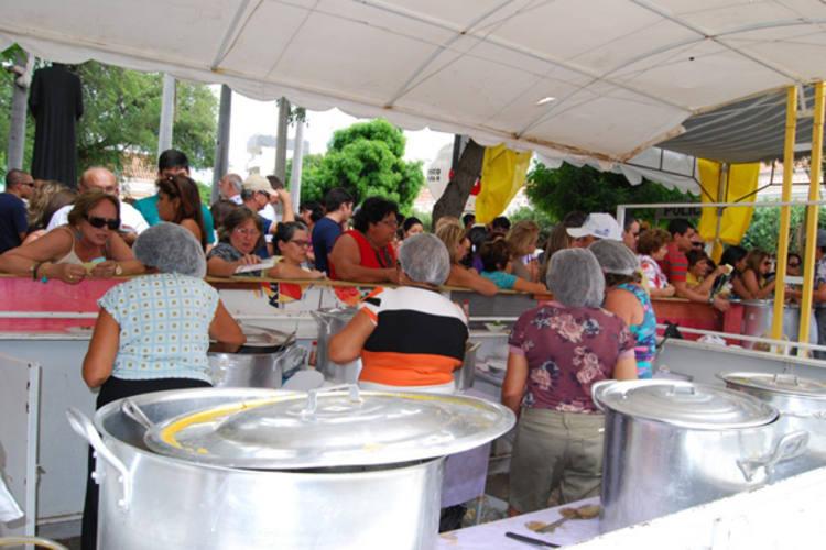 As barracas de comidas típicas da Feira de Sant´Ana venderam todos os produtos. Organização estima que 10 mil pessoas tenham  participado do evento