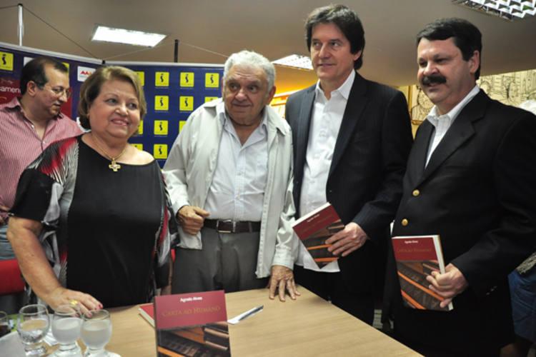 Agnelo com dona Celina Alves,  Robinson Faria e Ricardo Motta em noite de autógrafos na Siciliano