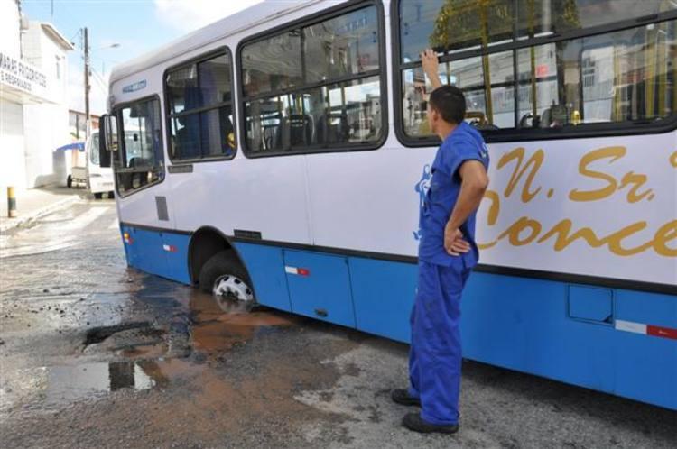 Ônibus cai em buraco aberto no cruzamento das avenidas 5 e 7, no bairro do Alecrim