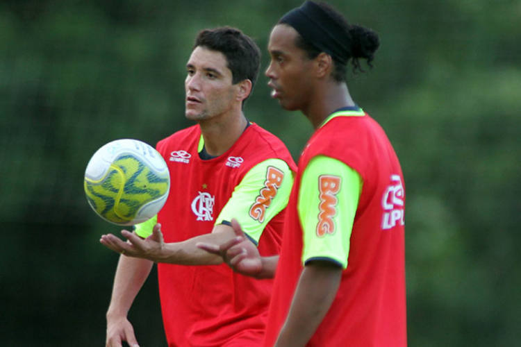 Entrosados, Thiago Neves e Ronaldinho Gaúcho são os donos da bola dentro da equipe rubro-negra