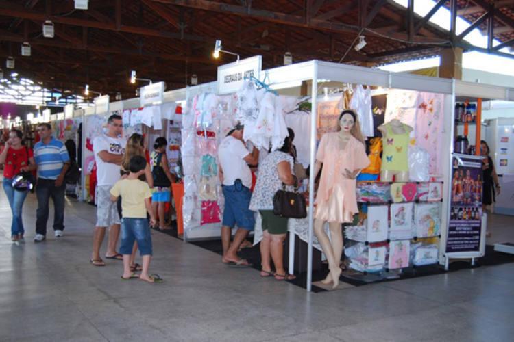 Milhares de pessoas visitam os stands da Feira de Artesanato, uma das principais atrações da festa da pradroeira de Caicó
