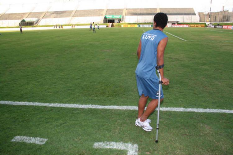 Basílio ainda caminha com a ajuda de muletas, mas faz questão de estar nos treinos para ajudar os companheiros no momento difícil
