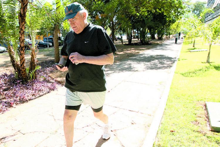 Nelson Jobim sai para uma caminhada, mas evita revelar detalhes sobre a conversa que teve com a presidenta Dilma Rousseff