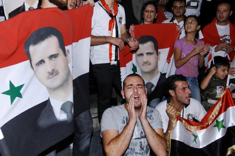 Enquanto a reunião era realizada, partidários do Regime faziam um protesto em favor do ditador