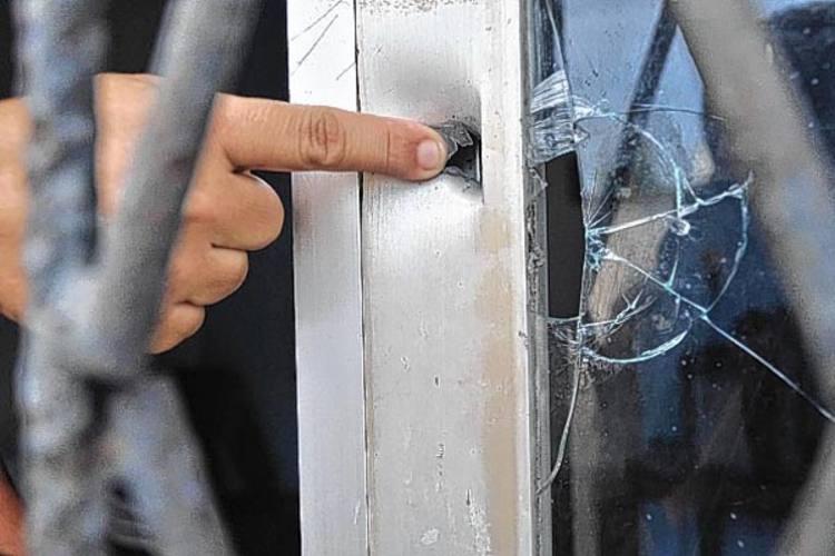 Moradora do bairro Nossa Senhora da Apresentação aponta marca de bala disparada durante assalto ocorrido semana passada