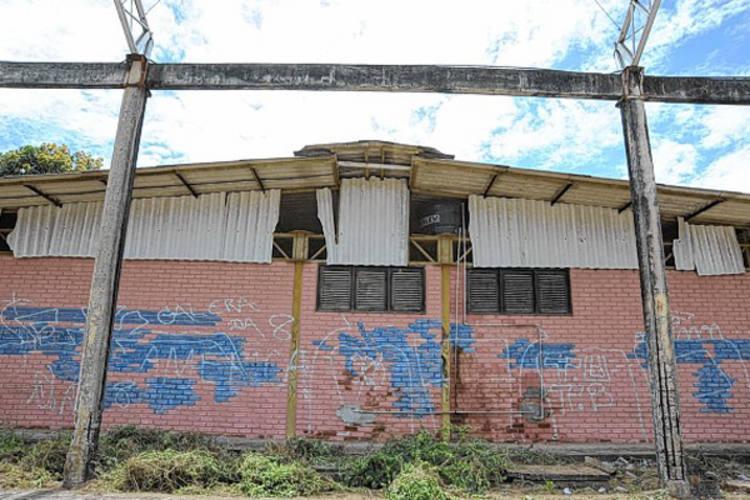 Quadra de esporte da Escola Estadual Francisco Ivo só possui os pilares e, mesmo assim, bastante corroídos pela ação do tempo