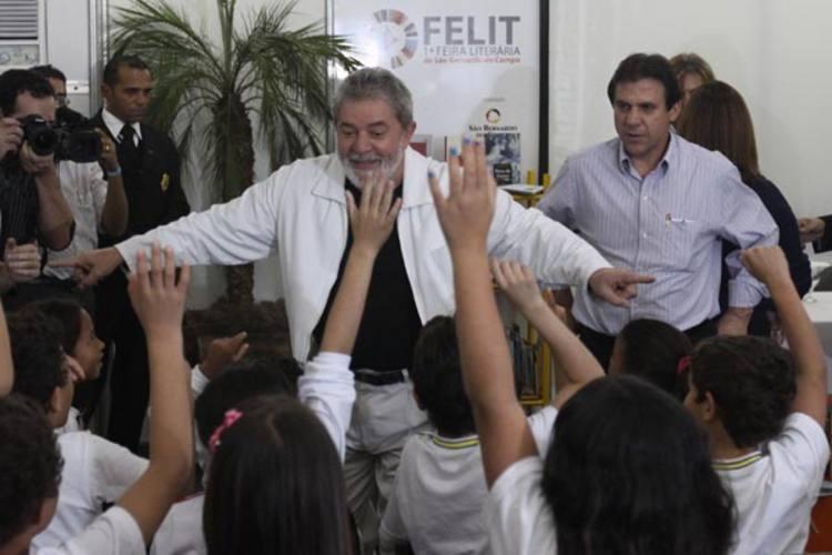 Luiz Inácio Lula da Silva visita a Feira Literária de São Bernardo, com o ministro da Educação, e é recepcionado por crianças