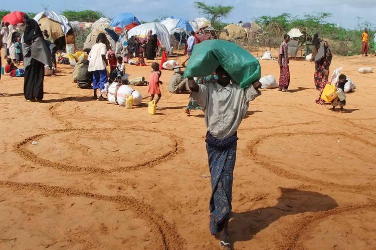 Refugiados somalis lotam os campos de refugiados administrados pela ONU. Rotina de fome e sede faz vítimas entre as crianças