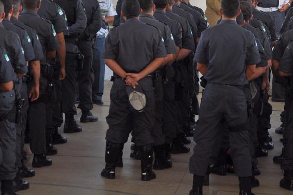 Aproximadamente 80 policiais militares estavam trabalhando em serviços específicos da Polícia Civil, o que é considerado desvio de função
