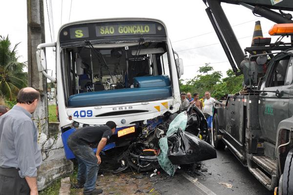 Acidente ocorrido domingo passado em São Gonçalo envolveu quatro jovens. Três deles morreram