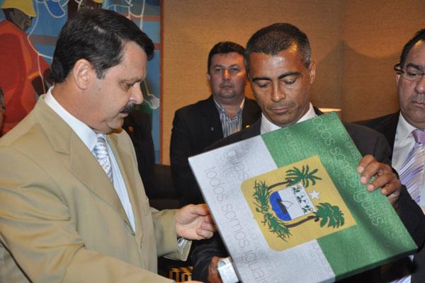 Romário recebeu homenagem do presidente da Assembleia Legislativa, Ricardo Mota