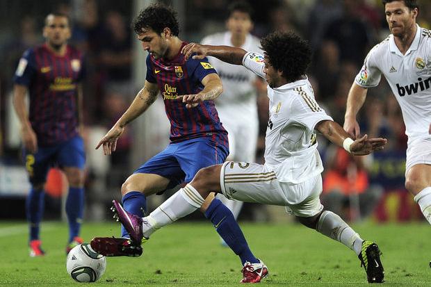 Daniel Alves (ao fundo) observa falta que resultou em expulsão de Marcelo