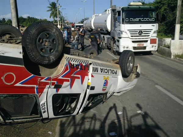 Acidente teria ocorrido após o condutor tentar desviar de um buraco na via