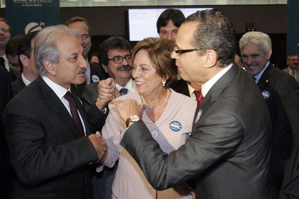 José Antunes Sobrinho, vice-presidente da Engevix Engenharia, cumprimentou Rosalba Ciarlini e Henrique Eduardo Alves após  leilão