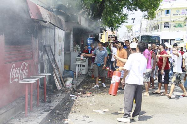 Incêndio destrói quiosques na avenida Presidente Bandeira