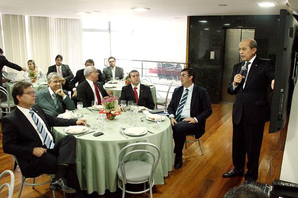 Jaime Mariz faz exposição para deputados durante almoço oferecido pelo ministro Garibaldi Filho