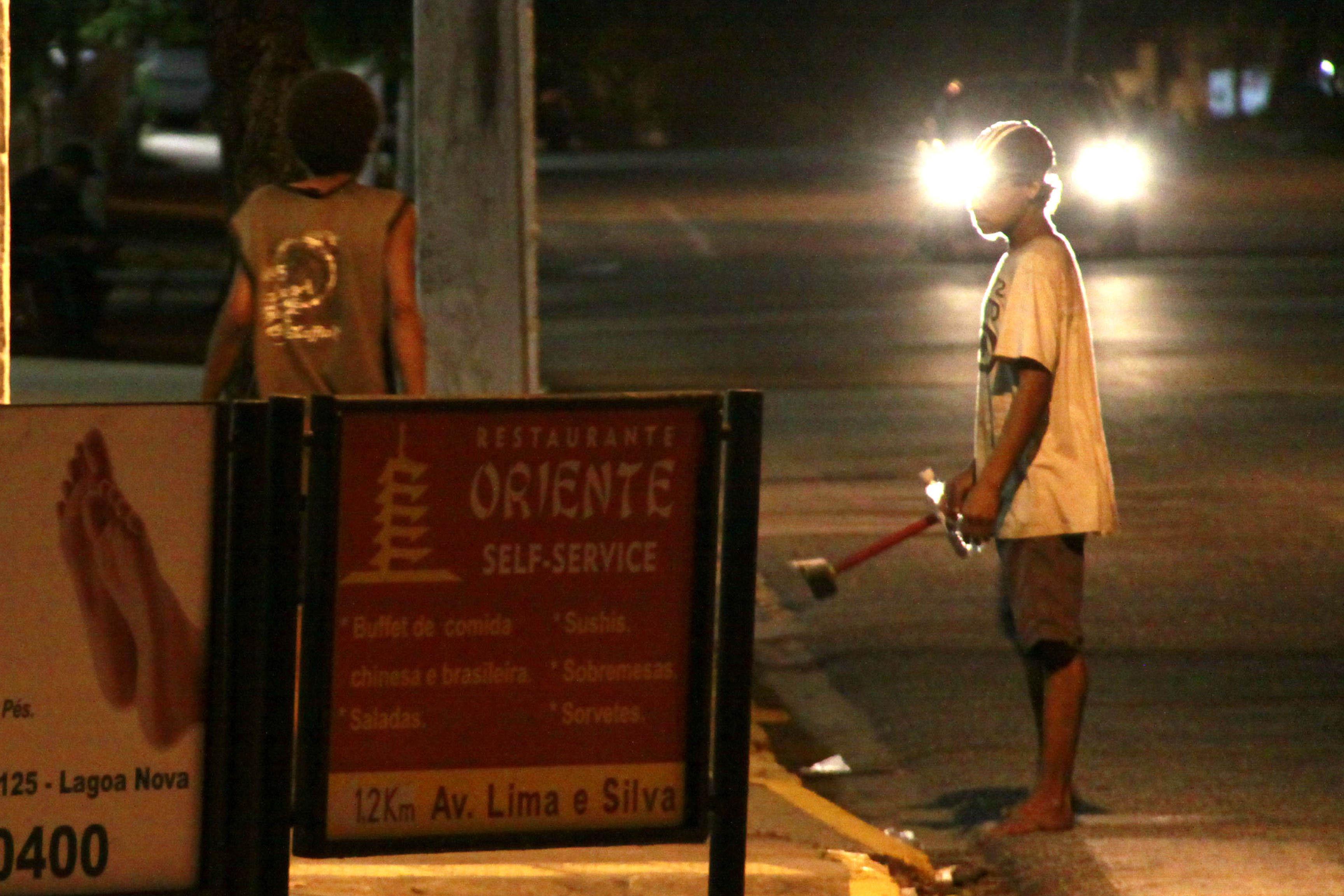 O menino Francisco, 17 anos, vive na rua após fugir várias vezes da Casa de Passagem. A última fuga ocorreu depois de esfaquear colega