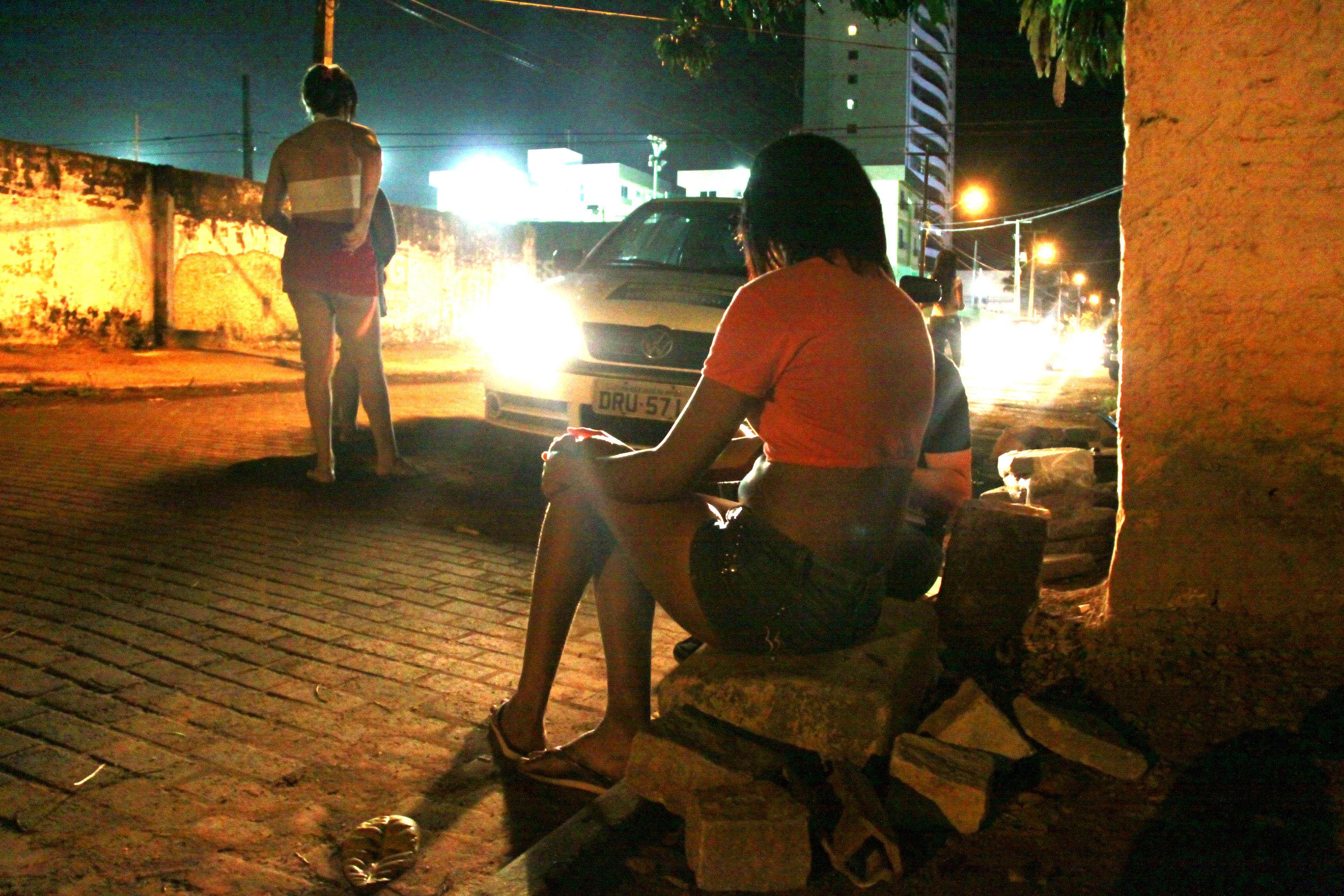 Amanda, 16 anos, faz ponto em uma rua do bairro de Capim Macio. A adolescente conta que decidiu seguir esse caminho aos 8 anos