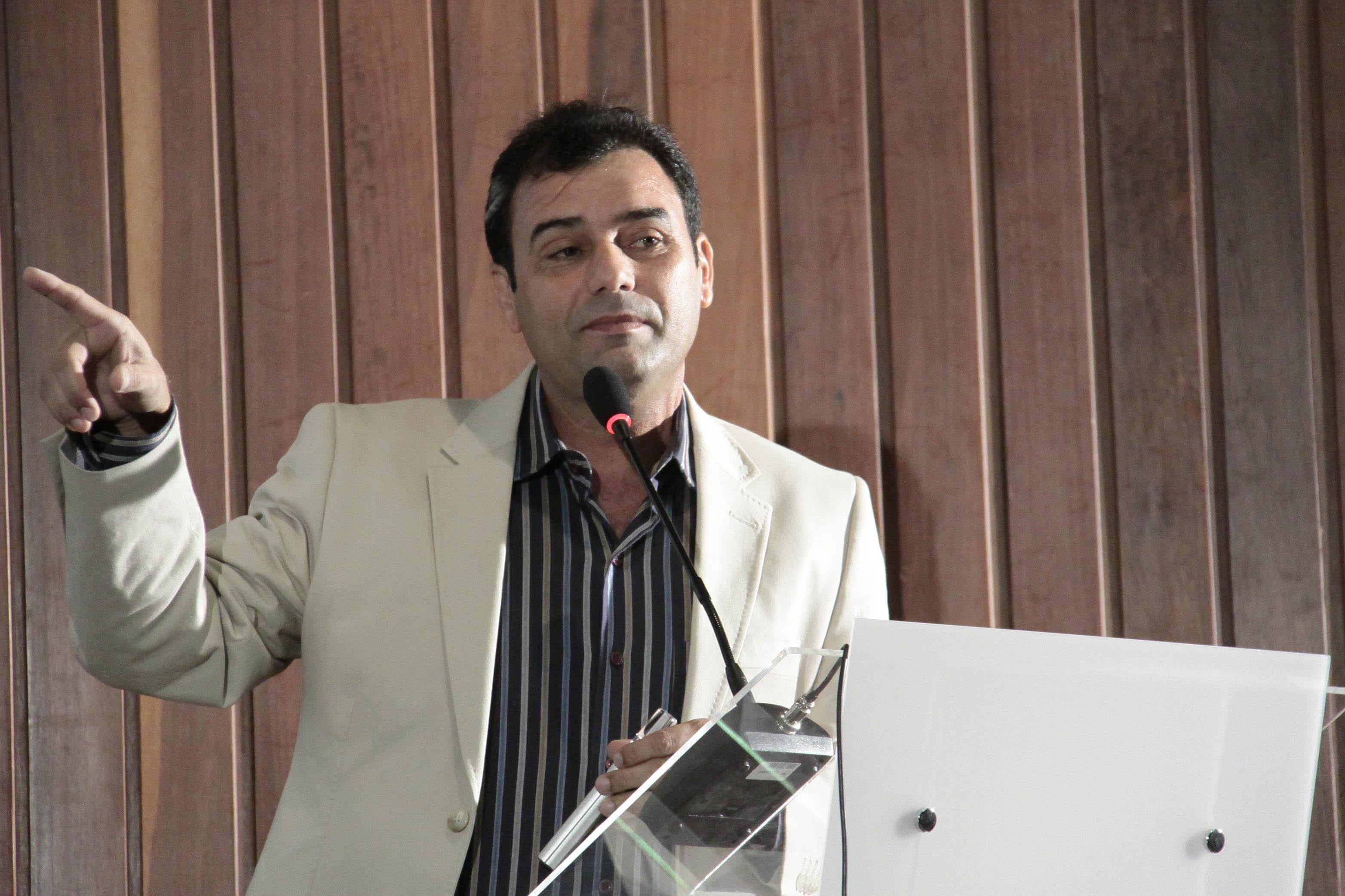 Josivan Barbosa, reitor da  Ufersa, propõe métodos de pesquisa que não exponham animais ao  sofrimento