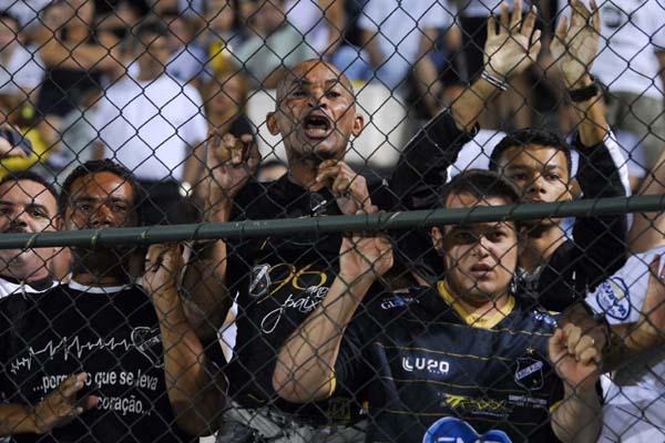 Os torcedores abecedistas que atenderam ao apelo da diretoria, frustrados com a goleada protestaram contra a queda livre do alvinegro