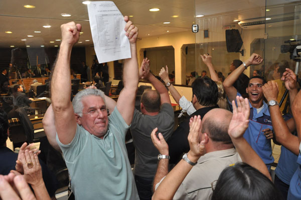 Manifestantes contra a Lei dos Postos comemoram o resultado