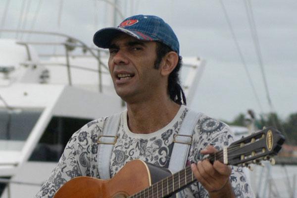 Em Pirenópolis-GO, artista vem se dedicando a tocar e compor