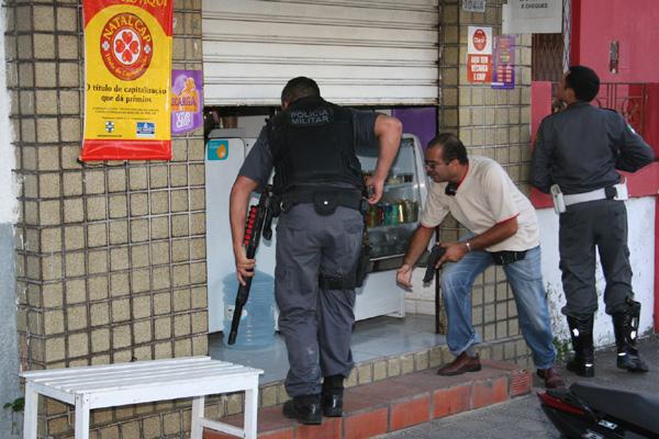 Policiais agiram rápido e conseguiram prender um dos assaltantes e recuperar malote com R$ 92 mil de rede de farmácia