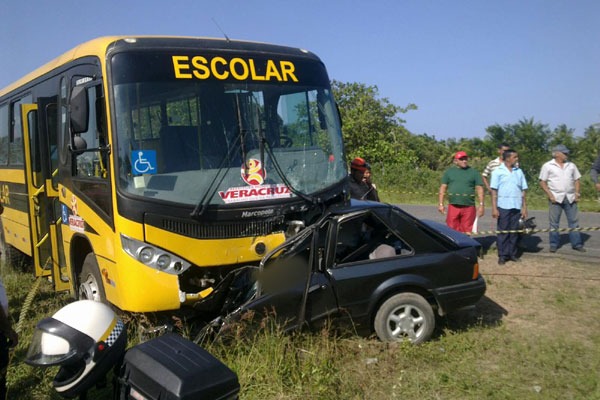 Escort ficou completamente destruído após colisão com microônibus
