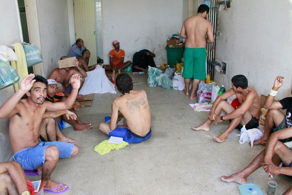...ontem, por falta de espaço na cela, 21 homens dividiam o espaço