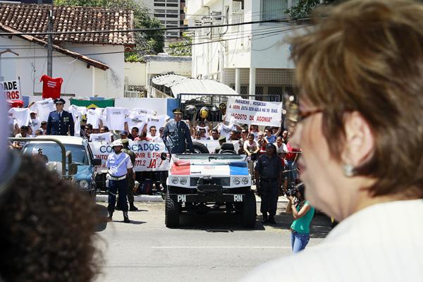 Servidores públicos estaduais e municipais realizaram protestos em  frente ao palanque de autoridades