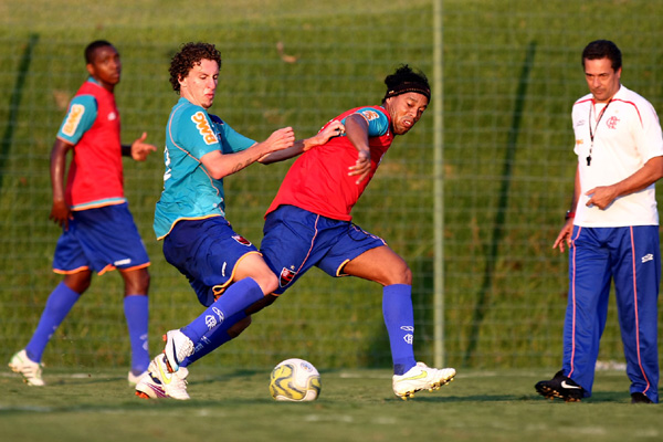 Depois de uma boa partida pela Seleção Brasileira, Ronaldinho Gaúcho reforça o Flamengo, em SP