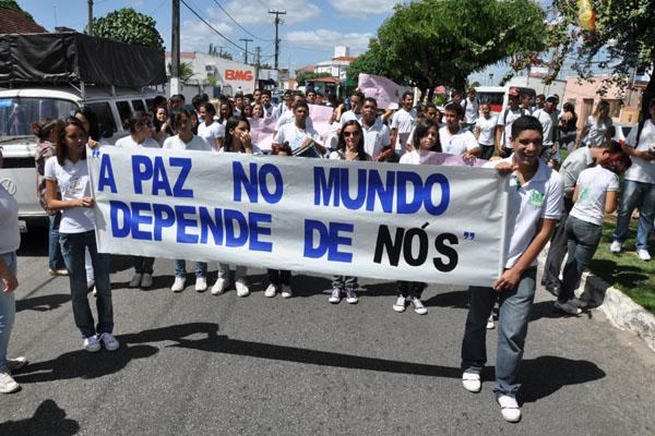 Estudantes reagem às ameaças e vão às ruas pedir segurança