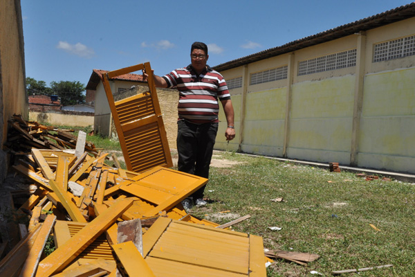 Na Escola Estadual Roberto Krause, Francemildo exibe restos das janelas retiradas das salas de aula