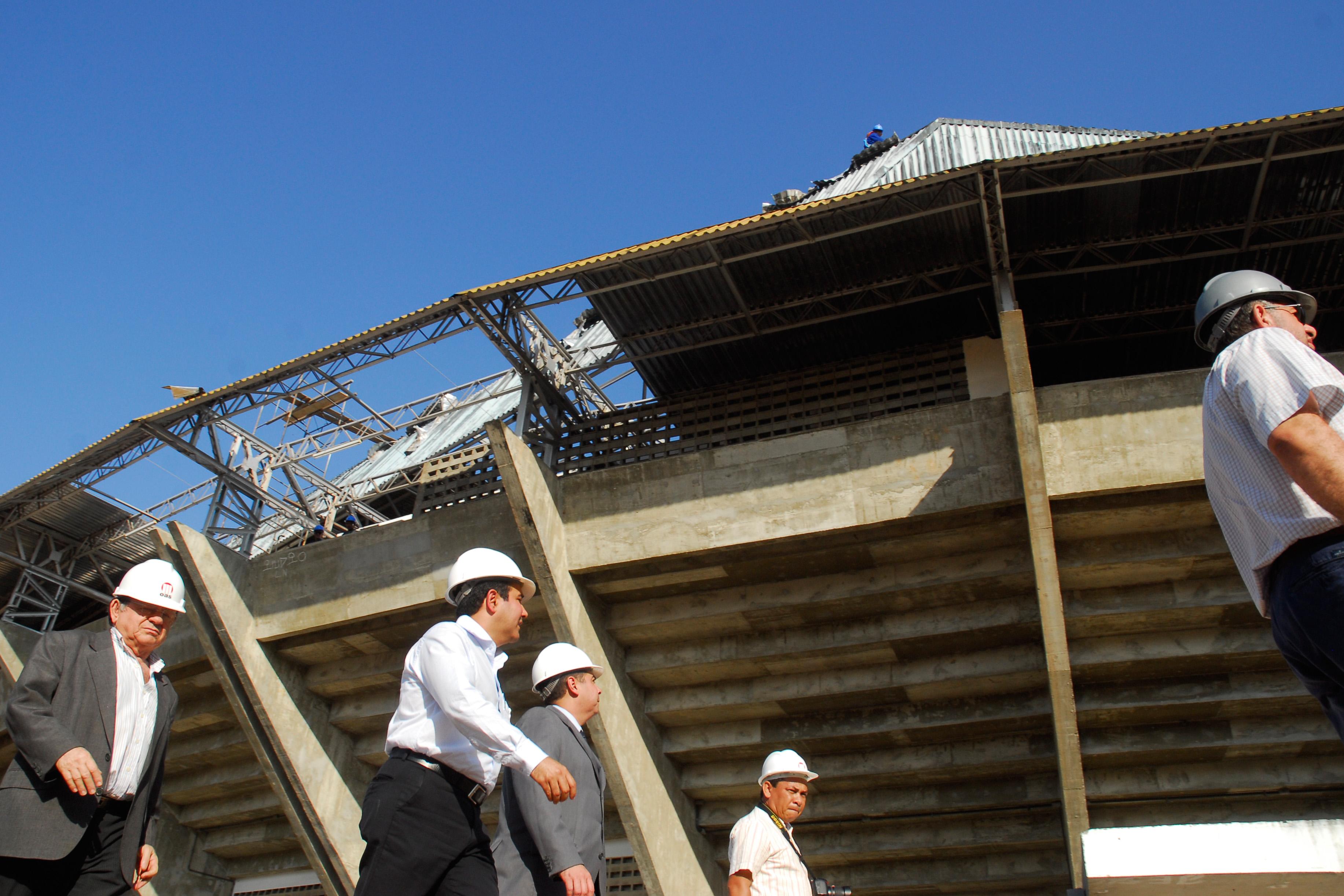 O secretário da Secopa, Demétrio Torres, e os engenheiros da Arena das Dunas vistoriam as obras