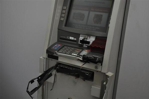 A quadrilha não conseguiu levar o dinheiro da máquina
