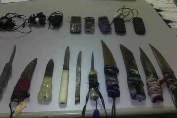 Cinco celulares e onze facas artesanais foram encontrados em posse dos presos