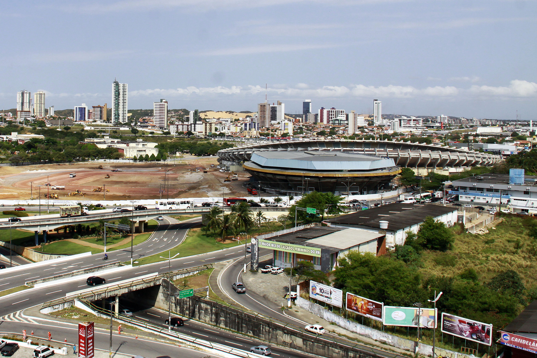 As imagens das 12 cidades sedes da Copa do Mundo de 2014 deixam evidente o atraso de Natal em relação às demais capitais. A Arena das Dunas teve iniciada a terraplenagem do terreno, desmonte de estruturas do ginásio Machadinho e chegada de equipamentos, além da liberação de parte das licenças
