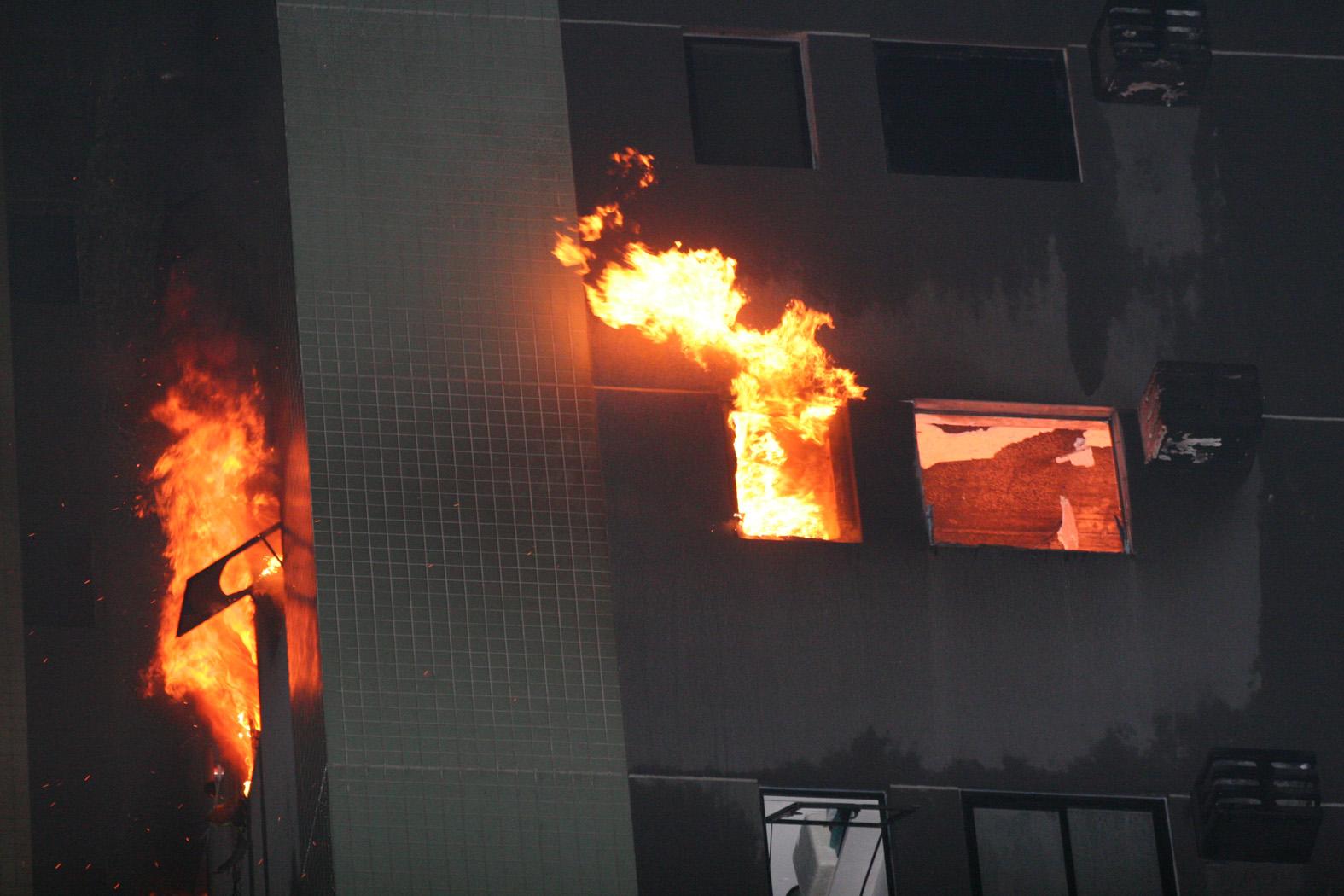 Fogo começou à tarde no apartamento 1010, que ficou inteiramente destruído. Na hora do incêndio, o local estava vazio. Não houve vítimas